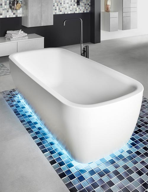 Badewanne mit Lichtsockel
